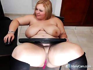 XXX mature blonde shows how she masturbate